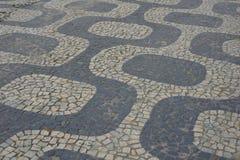 Trottoir célèbre de Copacabana près de plage images stock