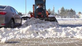 Trottoir de d?gagement de neige apr?s temp?te de neige ? l'horaire d'hiver 4K banque de vidéos