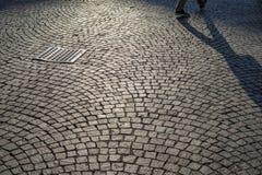 Trottoir de pavé rond à Milan photo stock