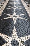 Trottoir de pavé rond de Lisbonne dans le desi blanc noir d'étoile et de diamant photos libres de droits