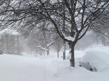 Trottoir de voisinage pendant la tempête de neige Images stock