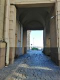 trottoir en pierre menant au remblai photos stock