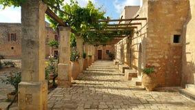 Trottoir et maisons en pierre Photographie stock