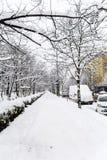 Trottoir et rue non nettoyés avec la neige à Sofia Photographie stock