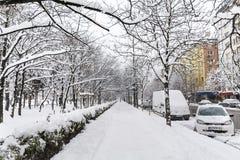 Trottoir et rue non nettoyés avec la neige à Sofia Photo stock