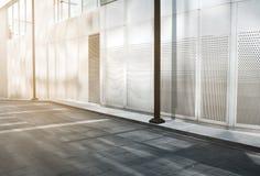 Trottoir extérieur et vide d'immeuble de bureaux moderne image stock