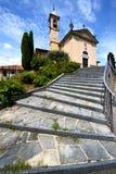 trottoir fermé Italie de tour de brique de jerago d'église vieux Photographie stock libre de droits