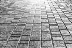 Trottoir haut étroit de plancher de tuiles pour le fond extérieur de promenade de rue image stock