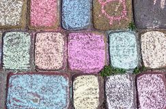Trottoir pavé en cailloutis multicolore photos libres de droits