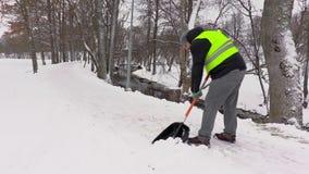 Trottoir propre de portier de la neige en hiver clips vidéos
