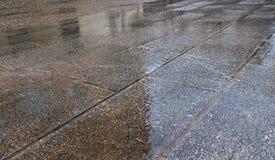Trottoir sous la pluie Images stock