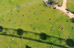 Trottoir vert avec des personnes Photographie stock libre de droits