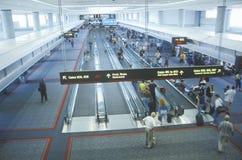 Trottoirs mobiles dans le concours d'un aéroport important Images libres de droits