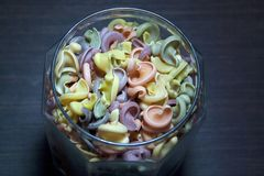 Trottoloni покрасило макаронные изделия в стеклянном опарнике стоковое изображение rf