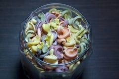 Trottoloni coloreó las pastas en el tarro de cristal imagen de archivo libre de regalías