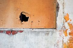Troué avec la fenêtre de contreplaqué avec un trou photo stock