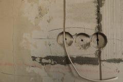 Trou électrique de prise sur le mur en béton Prise électrique en construction image libre de droits