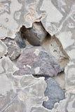 Trou abstrait en ciment sur un mur en pierre images stock
