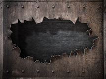 Trou déchiré à l'arrière-plan rouillé de punk de vapeur en métal photos libres de droits