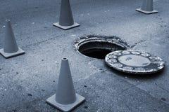 Trou d'homme et réparation des routes image libre de droits