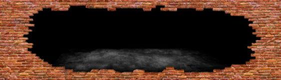 Trou dans la vieille texture de mur de briques de la pierre rouge détruite Photographie stock