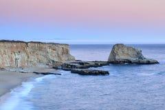 Trou dans le littoral de plage de mur Image libre de droits