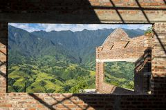 Trou dans le mur à l'intérieur de la ville de Sapa Photos stock