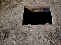 Trou dans le plancher de la vieille maison menant à la cave images libres de droits