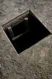 Trou dans le plancher de la vieille maison menant à la cave photos stock