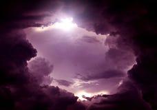 Trou dans les nuages dramatiques image stock