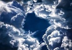 Trou dans les nuages dramatiques image libre de droits