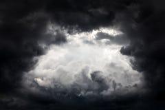 Trou dans les nuages dramatiques photo stock