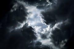 Trou dans les nuages dramatiques photographie stock libre de droits