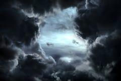 Trou dans les nuages dramatiques photo libre de droits