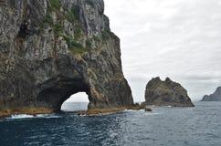 Trou dans les roches dans la baie des îles Images libres de droits