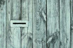 Trou de boîte de poteau sur la barrière en bois photo stock