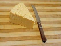 Trou de fromage, couteau, planche à découper photo libre de droits
