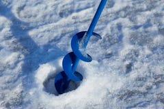 Trou de glace pour la pêche de glace image stock