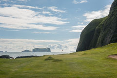 Trou de golf de côté de mer dans le paysage volcanique photos libres de droits