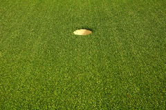 Trou de golf sur l'herbe verte photographie stock