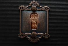 Trou de la serrure antique avec le brickwall le bloquant Photographie stock libre de droits