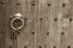Trou de la serrure dans une trappe en bois Photo libre de droits