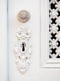 Trou de la serrure et poignée dans de vieilles portes blanches Photo libre de droits