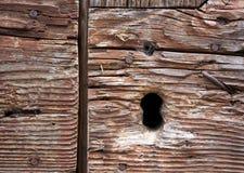Trou de la serrure sur une porte en bois sèche Images libres de droits