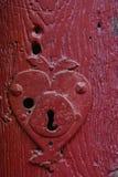 Trou de la serrure de vintage dans une vieille porte rouge Image stock
