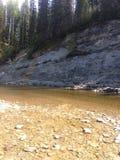 Trou de pêche sur la rivière de Nordegg Images stock