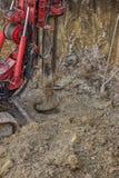 Trou de perçage en terre avec la foreuse moulue de trou Images libres de droits