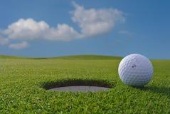 Trou et boule de golf Photos stock