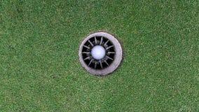 Trou et boule de golf Photo libre de droits