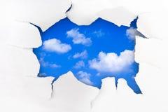 Trou et ciel de papier photo stock